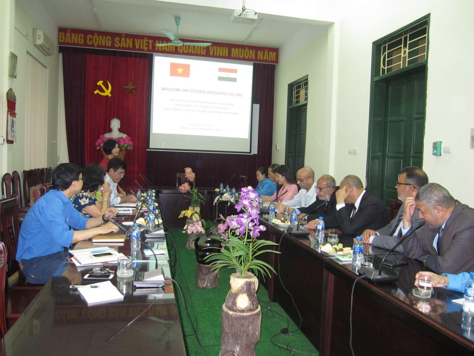 Đ/c Trần Hoàng Quyên trao đổi với Đoàn về công tác công đoàn tại Viện CNTP