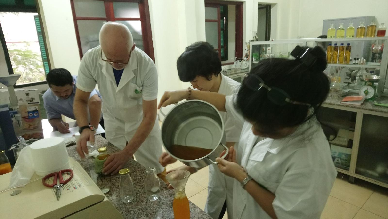 Chuyên gia Hà Lan Ton Overeem chuyển giao công nghệ sản xuất siro cam (Ảnh: Khuất Thị Thủy, Vũ Đức Chiến)