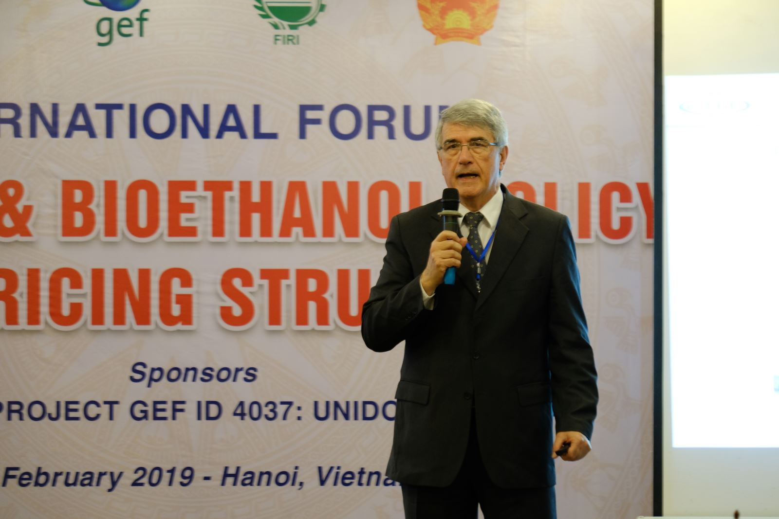 TS. Antonio Bonomi- Phòng thí nghiệm khoa học và kỹ thuật về ethanol sinh học- Brazil trình bày tham luận về Sản xuất và Sử dụng Xăng Sinh học và Ethanol Sinh học tại Brazil