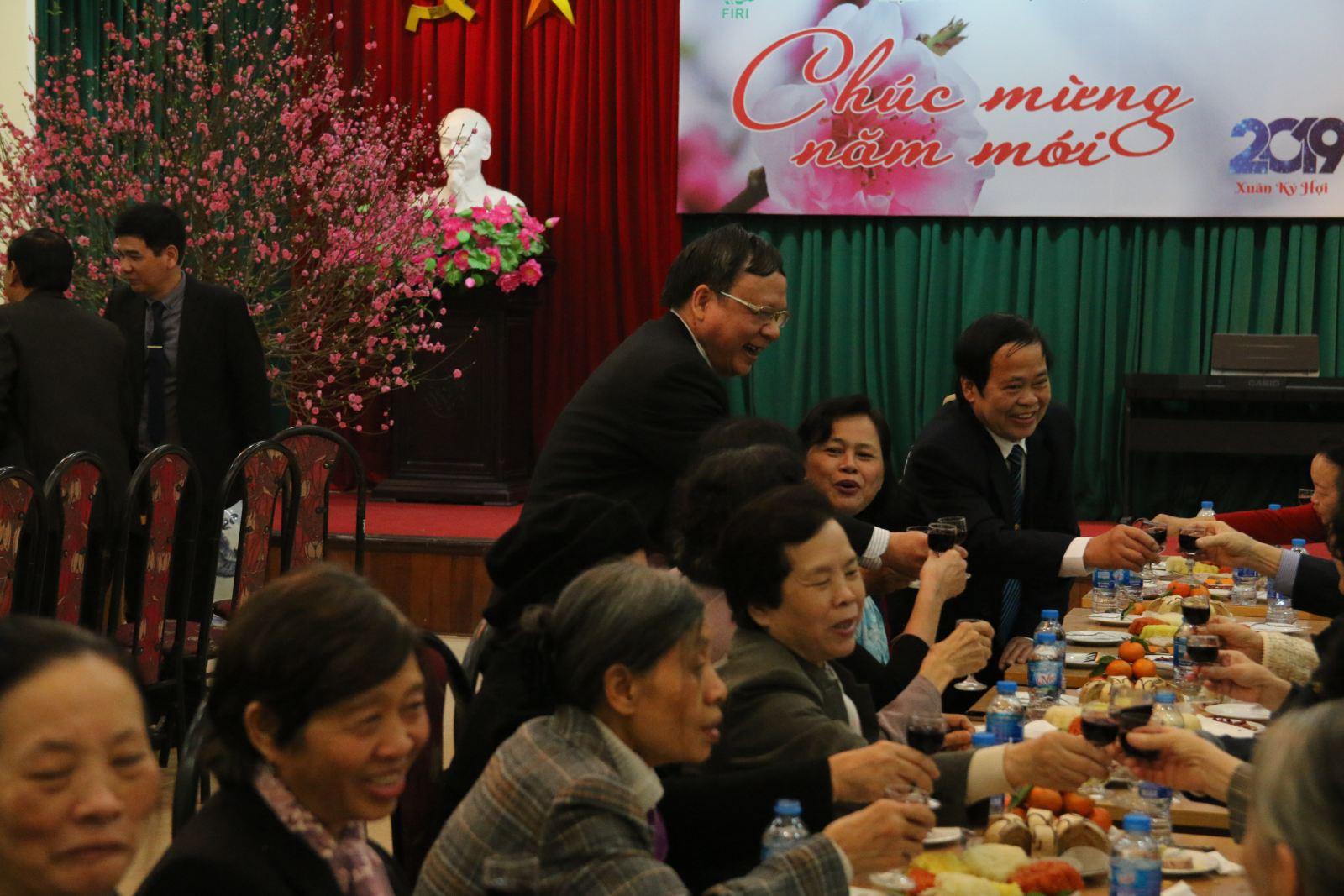 Lãnh đạo Viện cùng toàn thế các cán bộ hưu trí cùng nâng cốc chúc mừng năm mới