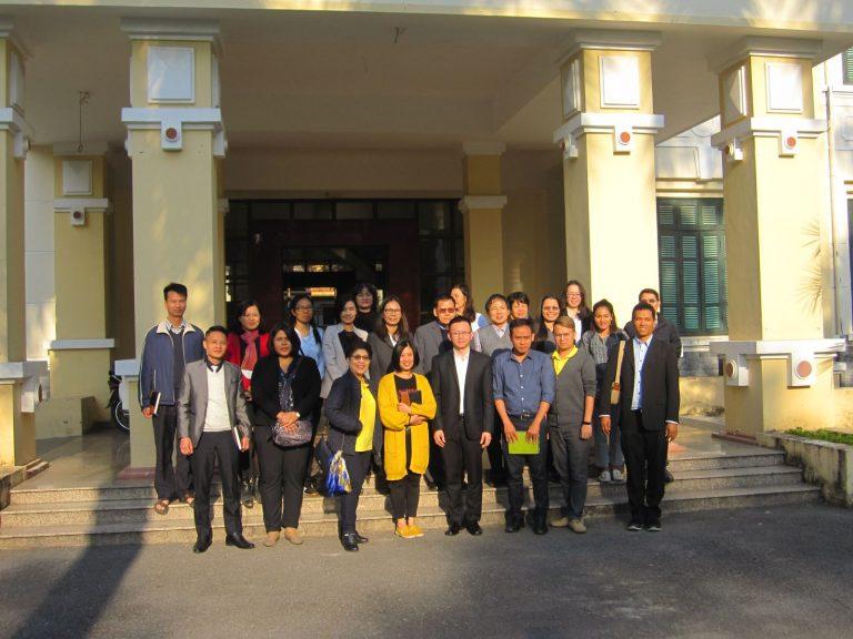 Đoàn chụp ảnh lưu niệm với cán bộ Viện