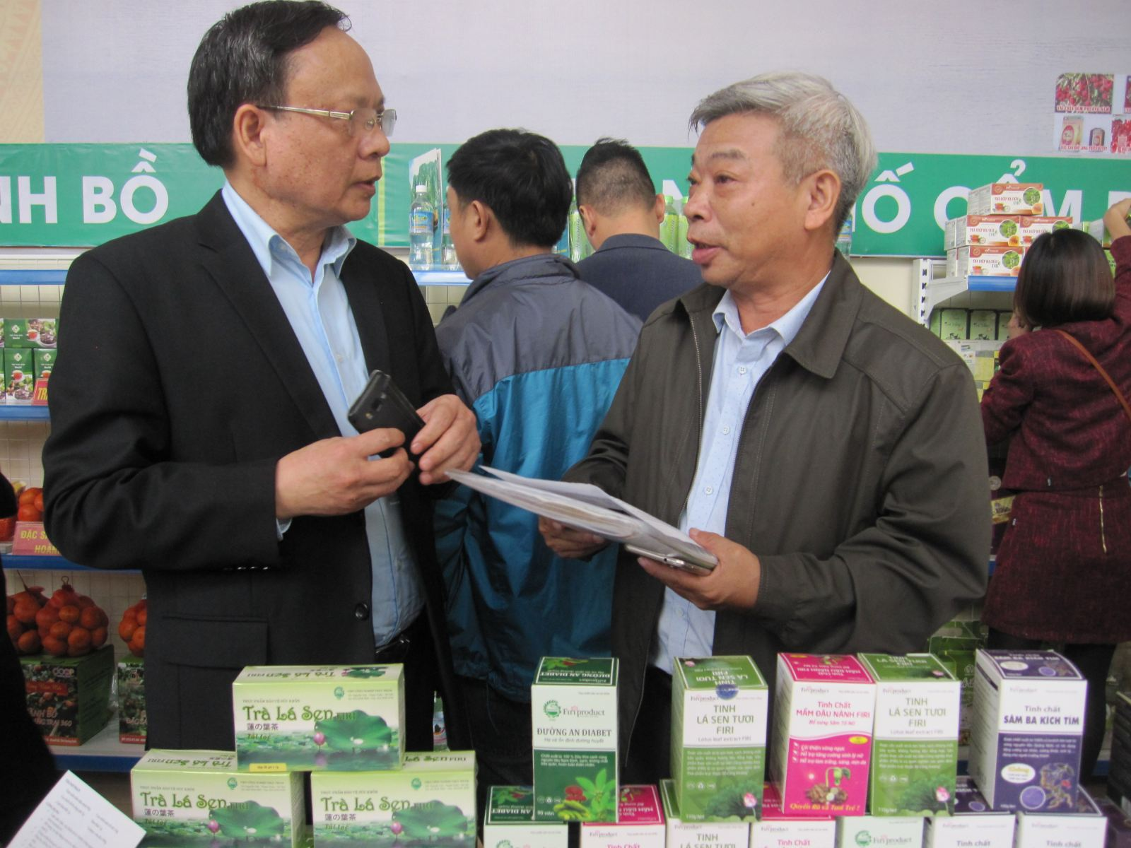 Viện trưởng Lê Đức Mạnh trao đổi với doanh nghiệp về sản phẩm của Viện