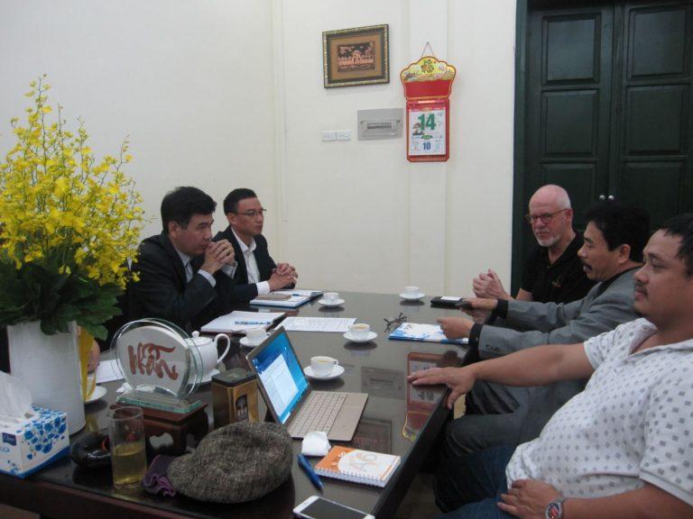 Phó Viện trưởng Bùi Quang Thuật tiếp ôngTon Overeem, chuyên gia cao cấp dự án PUM, công ty Việt Nhi và các chuyên gia dự án PUM