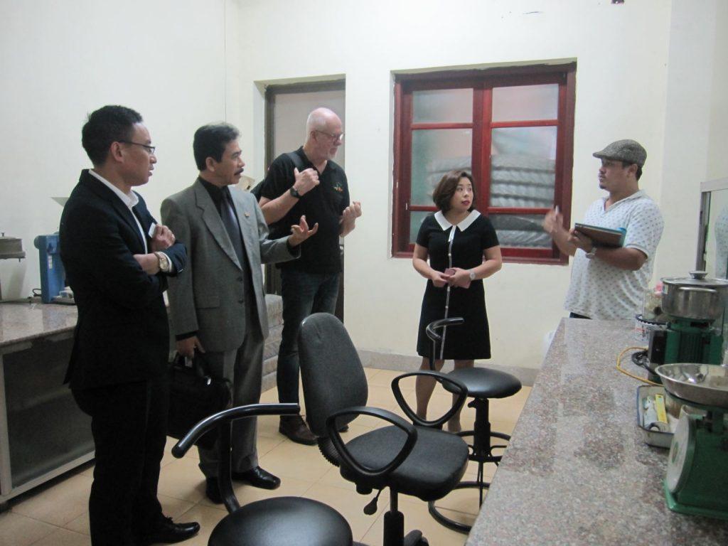 Đoàn đến thăm phòng thí nghiệm Trung tâm Dầu, Hương liệu và Phụ gia thực phẩm
